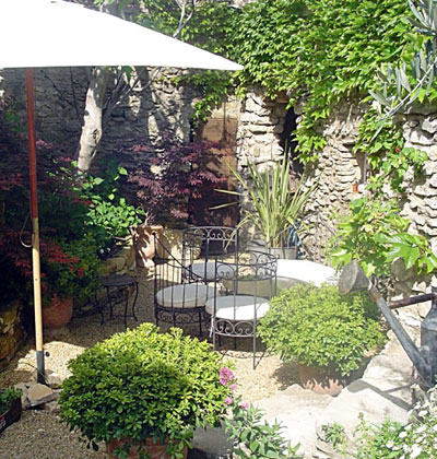 Un petit jardin de village avec terrasse jardins de paysagistes for Jardin terrasse mediterraneen