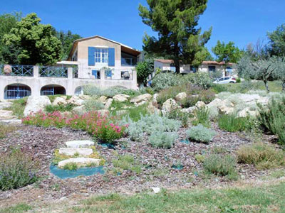 un jardin rustique en provence jardins de paysagistes. Black Bedroom Furniture Sets. Home Design Ideas