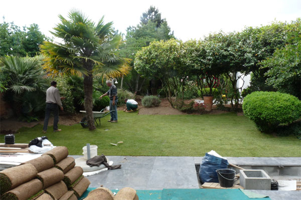 un jardin contemporain pur avec terrasses jardins de paysagistes. Black Bedroom Furniture Sets. Home Design Ideas