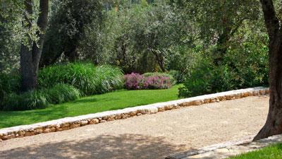 Un jardin m diterran en en terrasse jardins de paysagistes - Construction terrain de petanque ...