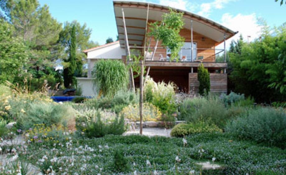 jardin mditerranen moderne nice amenagement jardin de ville amenagement petit jardin with. Black Bedroom Furniture Sets. Home Design Ideas