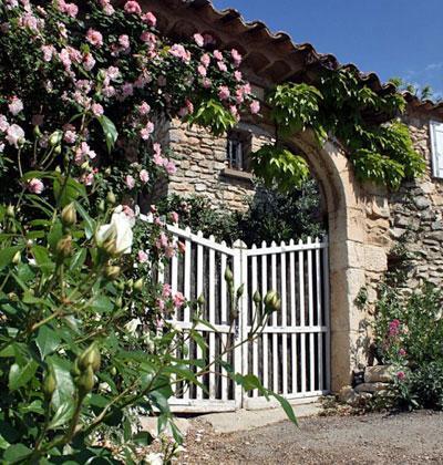 un petit jardin de village avec terrasse le magazine gamm vert. Black Bedroom Furniture Sets. Home Design Ideas