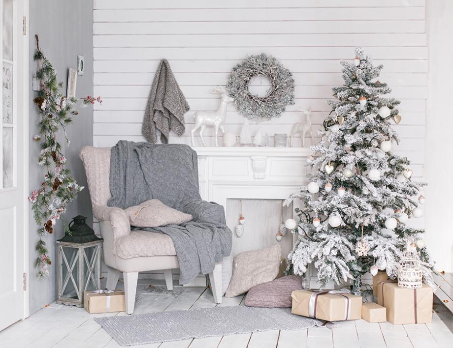 Sapin De Noël Décoré En Blanc