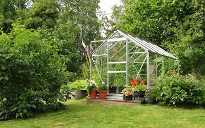 O et comment installer sa serre en verre ou en - Comment choisir une serre de jardin ...