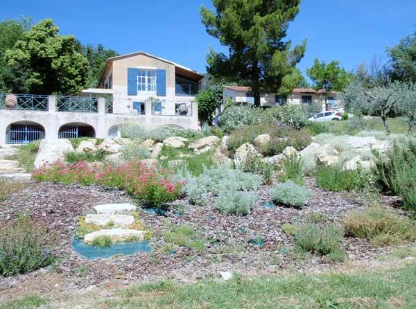 Un jardin rustique en provence gamm vert for Entretien jardin vaucluse