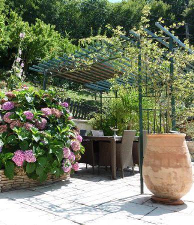 pergola en m tal l 39 installer dans son jardin ou sur sa terrasse et l 39 entretenir gamm vert. Black Bedroom Furniture Sets. Home Design Ideas