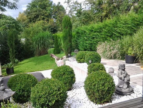 un jardin contemporain et zen gamm vert. Black Bedroom Furniture Sets. Home Design Ideas