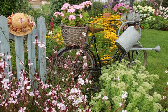 Une sc ne estivale champ tre et fleurie sc nes de jardins for Idee salon de jardin original